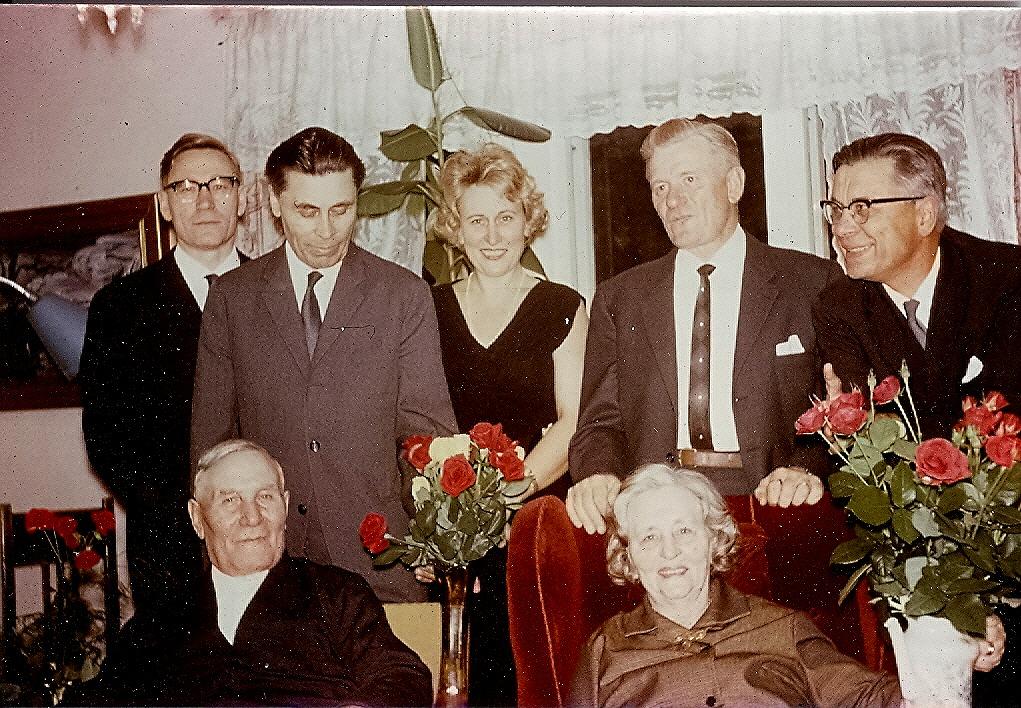 Wilhelm, Hjalmar, Ethel, Birger, Einar ooh så sittande Emil och Ida Båsk. Fotot är troligtvis från Idas födelsedagskalas år 1965, då hon fyllde 80 år.