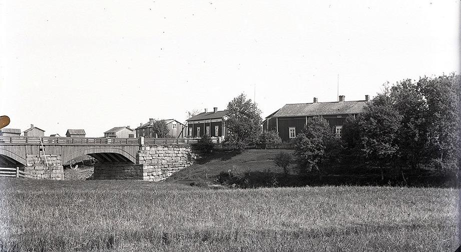 På bilden från ca 1915 ser vi att Selmas barndomshem var vackert beläget på Brobackan. Det ligger mitt i bild och byggdes om på 1920-talet av Selmas bror Frans då han återvände från Amerika tillsammans med hustrun Elvira och dottern Lilli. Gården längst till höger är Ådd-Ivars.