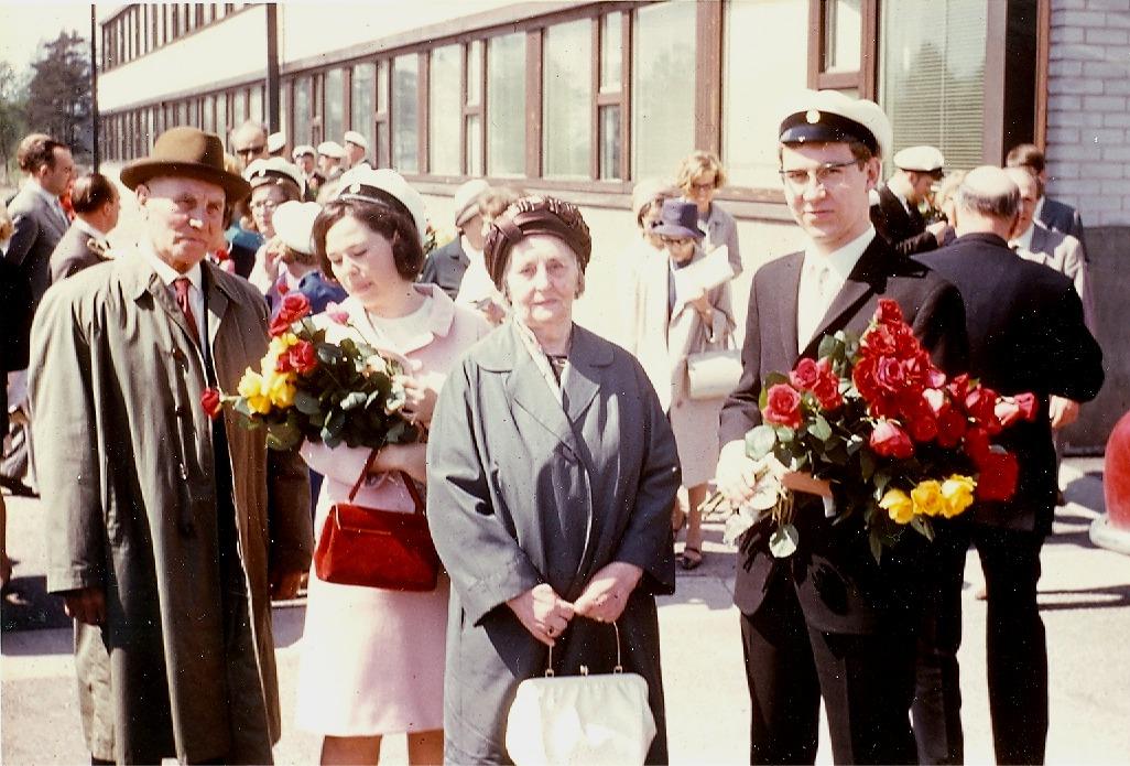 En god utbildning var någonting mycket viktigt för Ida och Emil Båsk. Här ser dom nog lite stolta ut då barnbarnen Inger och Gustav blir studenter vid Drumsö svenska samskola år 1967.