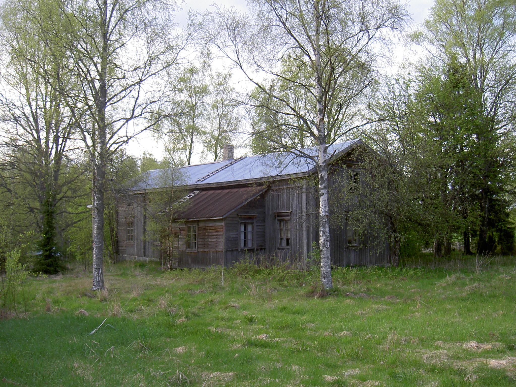 """Så här såg Forslunds gård i Lillsjö ut våren 2003. Åtminstone en del av huset var från slutet på 1700-talet då den första nybyggaren Matts Mickelsson (1755-1797)bosatte sig i Lillsjö. Sedan övertogs den av sonen Matts Mattsson (1779-1853) och sedan av dennes son Johan Henrik Mattsson (1804-1875). Följande ägare blev dennes son Henrik Johansson (1828-1916) som kallades """"Lillsjö-Hindrik"""". Efter Henrik bodde dennes son Karl Erik Forslund där och den sista som bodde i huset före det revs var Karl Eriks son Sigvald Forslund."""
