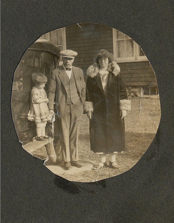 Här står Frans och Elvira tillsammans med dottern Lilli i beråd att lämna Amerika för gott. Bilen tog de med sig på den långa resan, i mitten på 1920-talet.