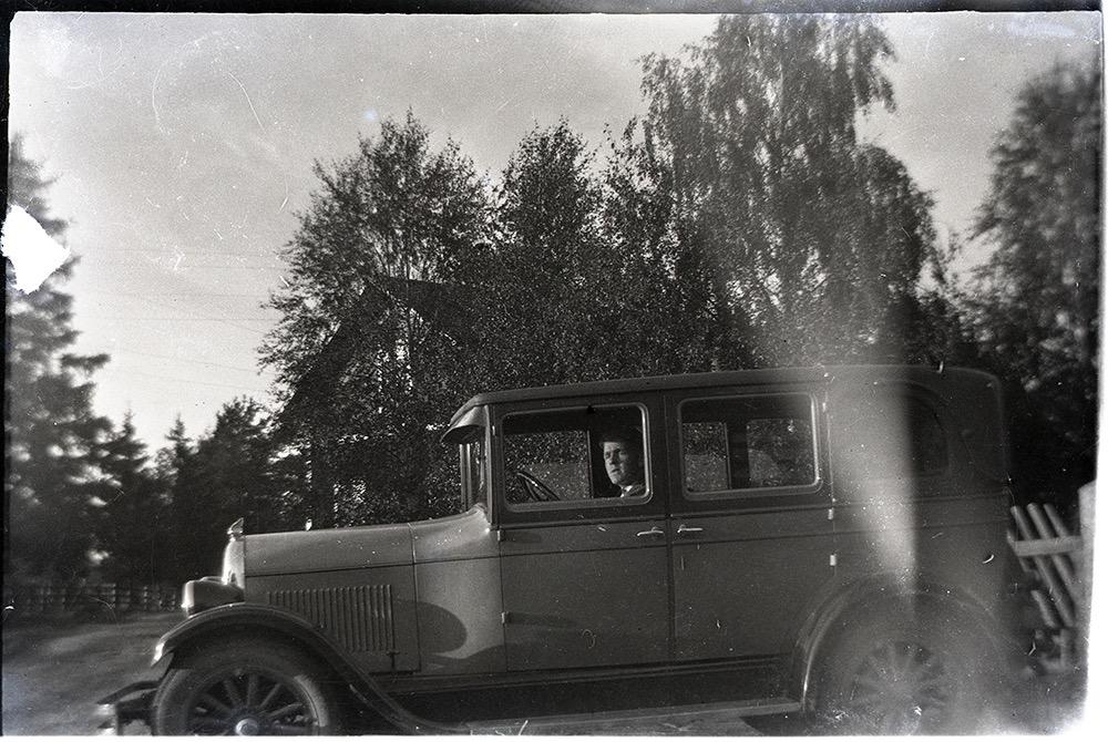 Här på bilden den unge Rurik Nylund (f. 1907) som är ute och provkör pappa Viktors bil någon gång på 20-talet.