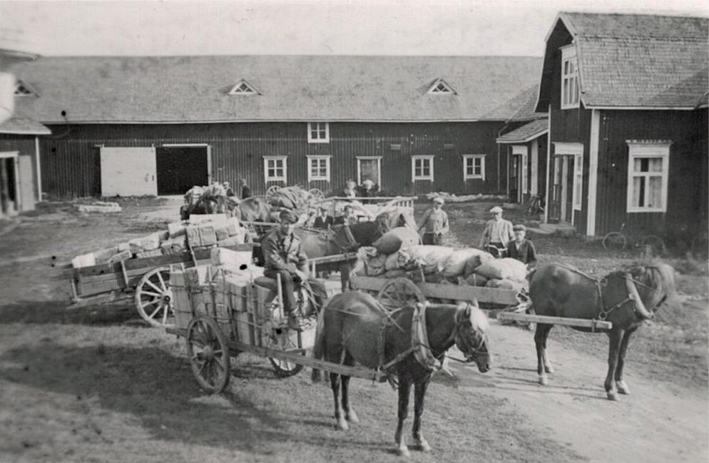 Så här såg det ut på Elis Lillträsks gårdsplan då anhörigas paket skulle skickas till fronten vid Jandeba. Kurirer var Heinz Stude och Otto Björses.