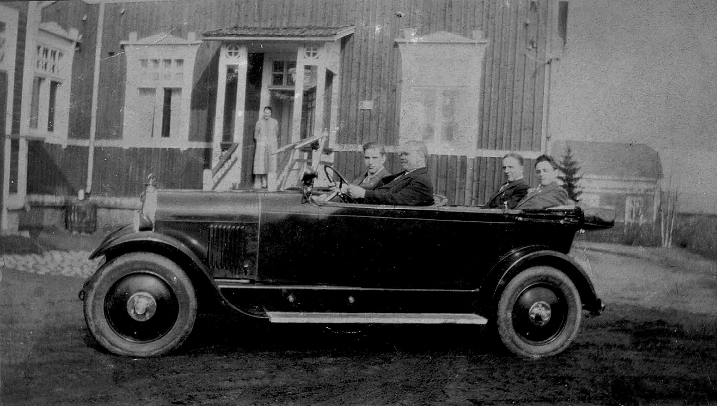Här lärare Sjöblad provkörande en bil på skolgården. Sjöblad var lärare i folkskolan under åren 1921-1930 och han var också rektor för den nygrundade Evangeliska Folkhögskolan i Dagsmark.