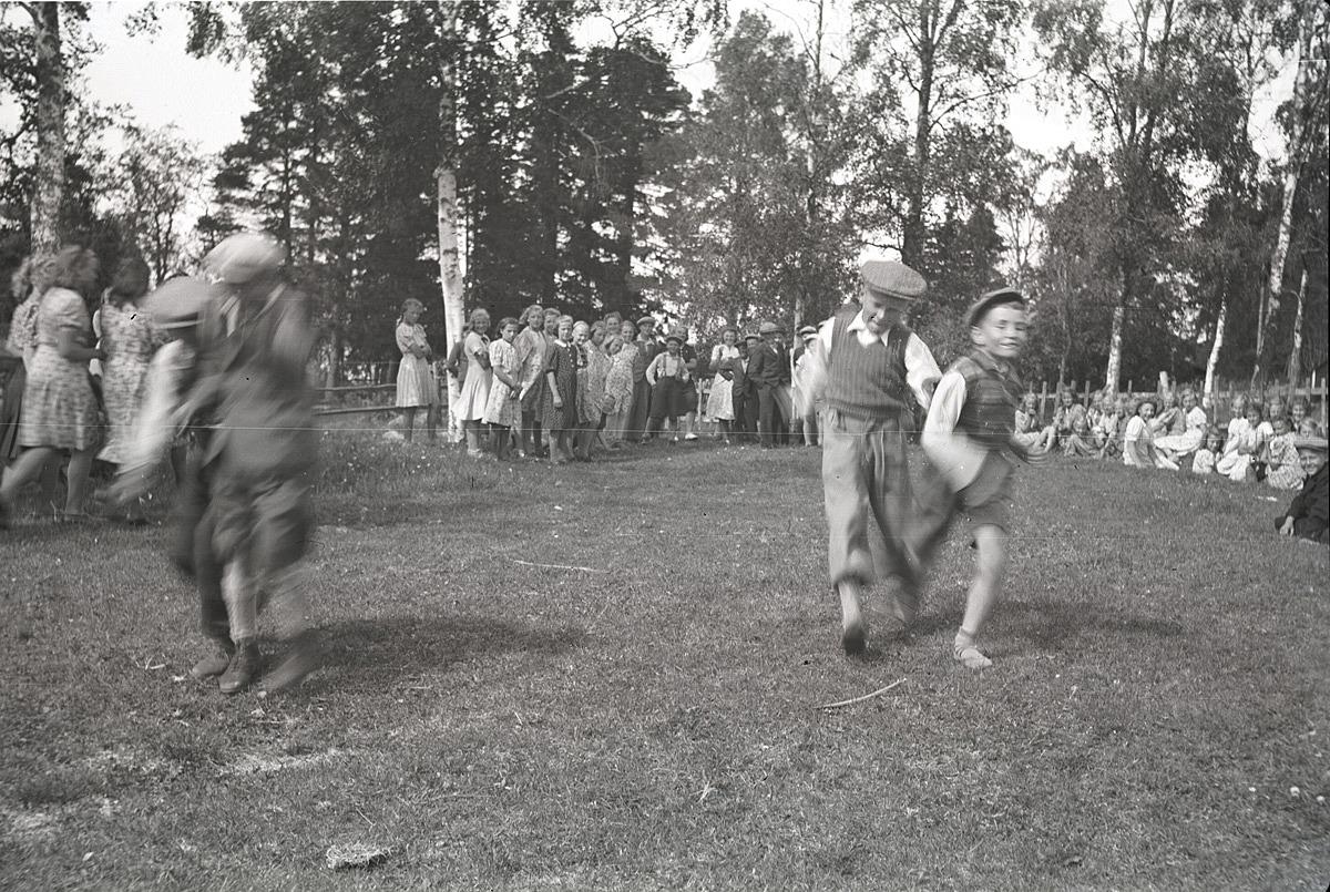 Det var kapplöpning och lekar då klubbmedlemmarna var på utfärd till Antila i Kristinestad,