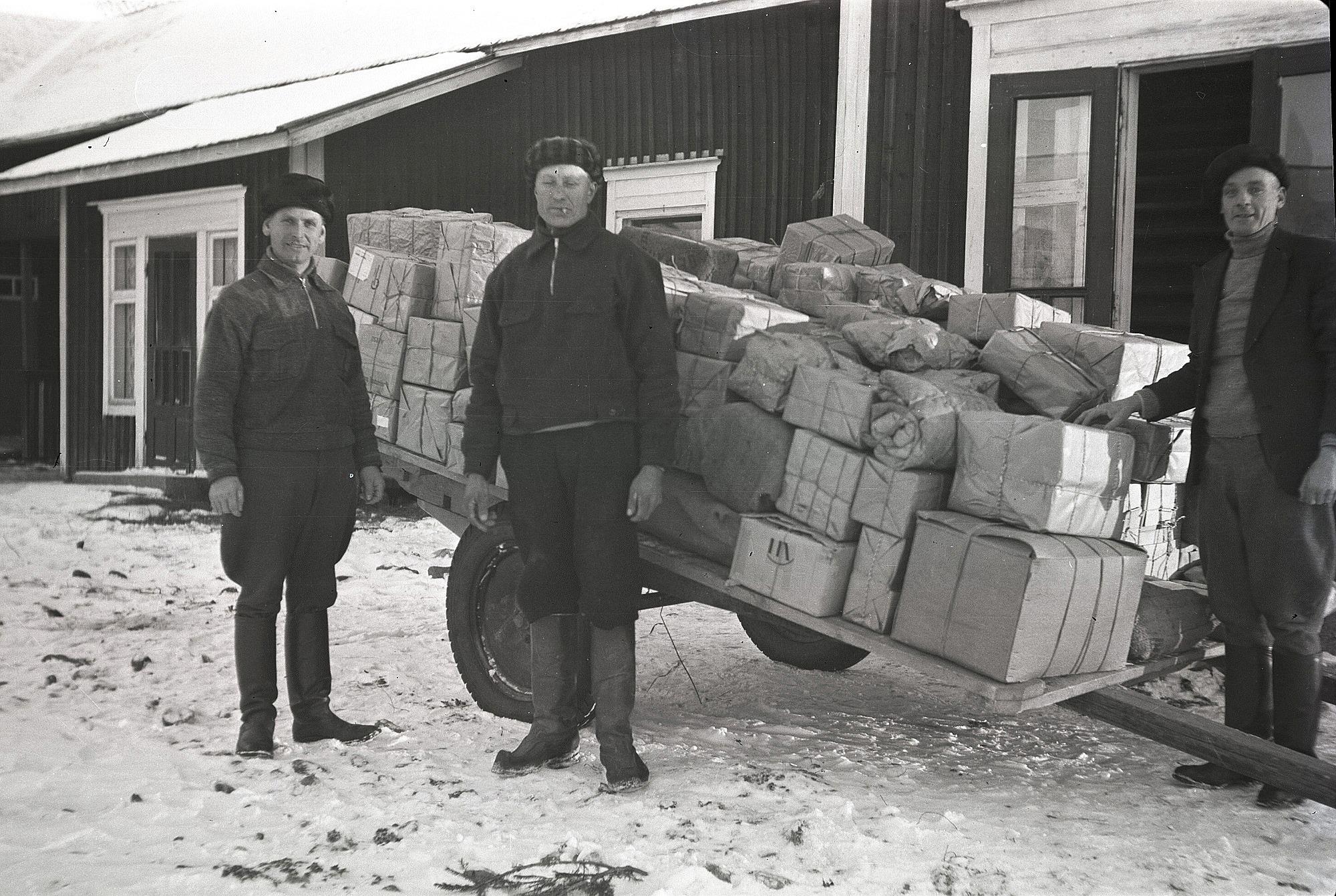 Paket som skulle skickas till fronten samlades i Lillträsks lillstuga. Till vänster Otto Björses, i mitten Erland Björkskog och till höger Konrad Kronman. Paketen fördes till tågstationen i Kristinestad, därifrån de sedan transporterades vidare till väntande soldater.