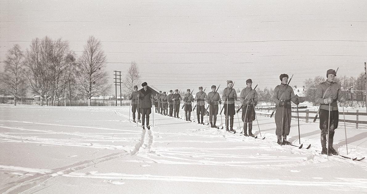 Skyddskåristernas skidövningar med ledarna Konrad Kronman och Alvar Björklund. I ledet bland annat Lennart Björknäs, Ragnar Korsbäck, Torsten Mitts, Per Klockars, Jossandt och Holm.