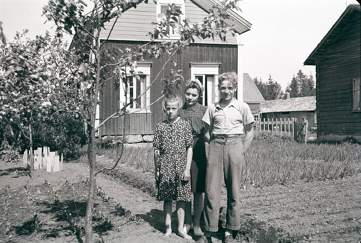 Klubbledaren Karin Andtfolk på besök hos syskonen Andtfolk i Henriksdal.