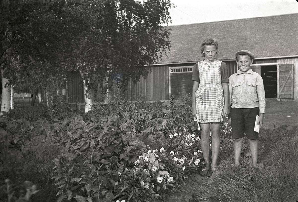 Birgit och Paul Englund i Palon i Dagsmark visar upp sitt klubbland.