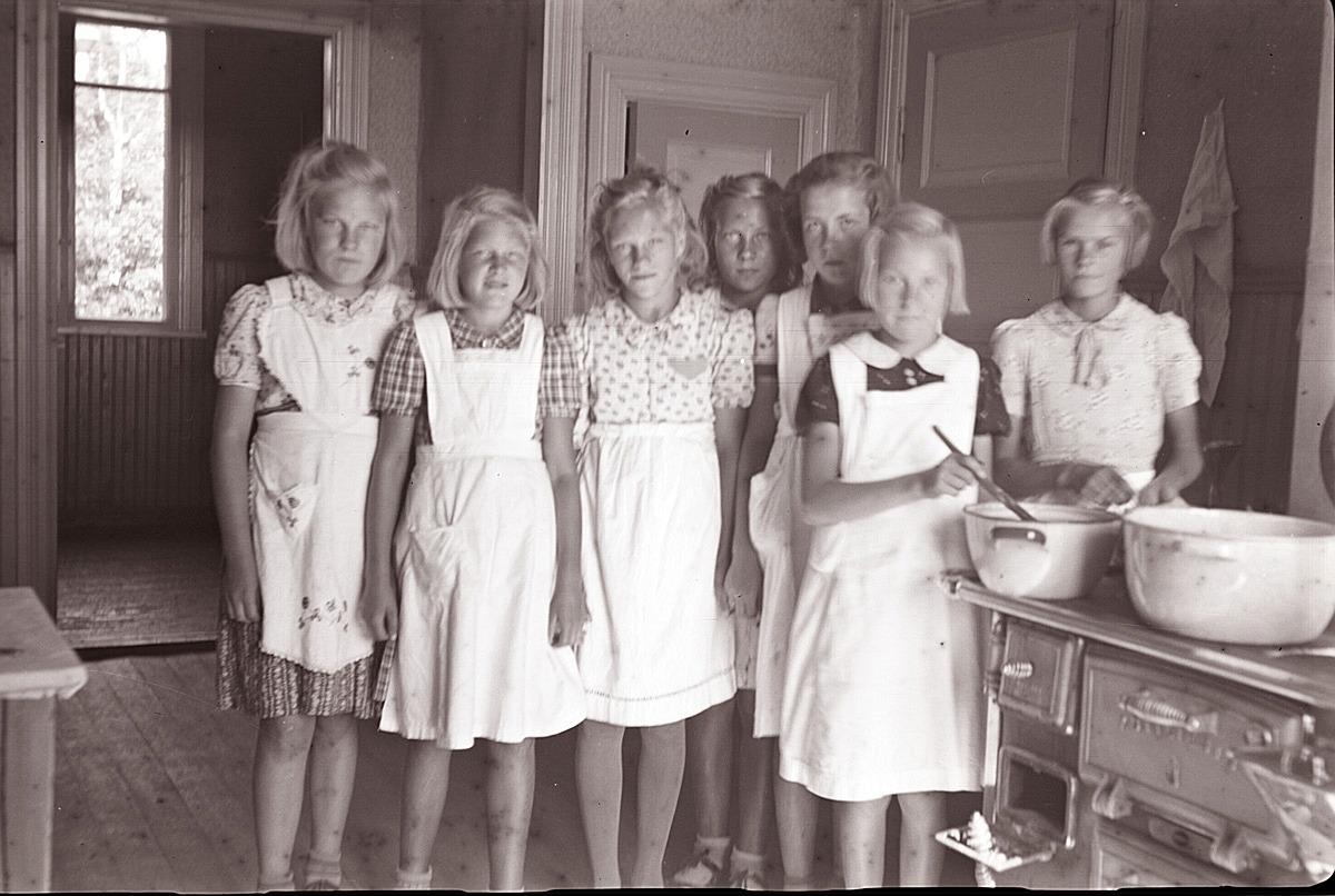 Flickor på kokkurs på södra folkskolan.