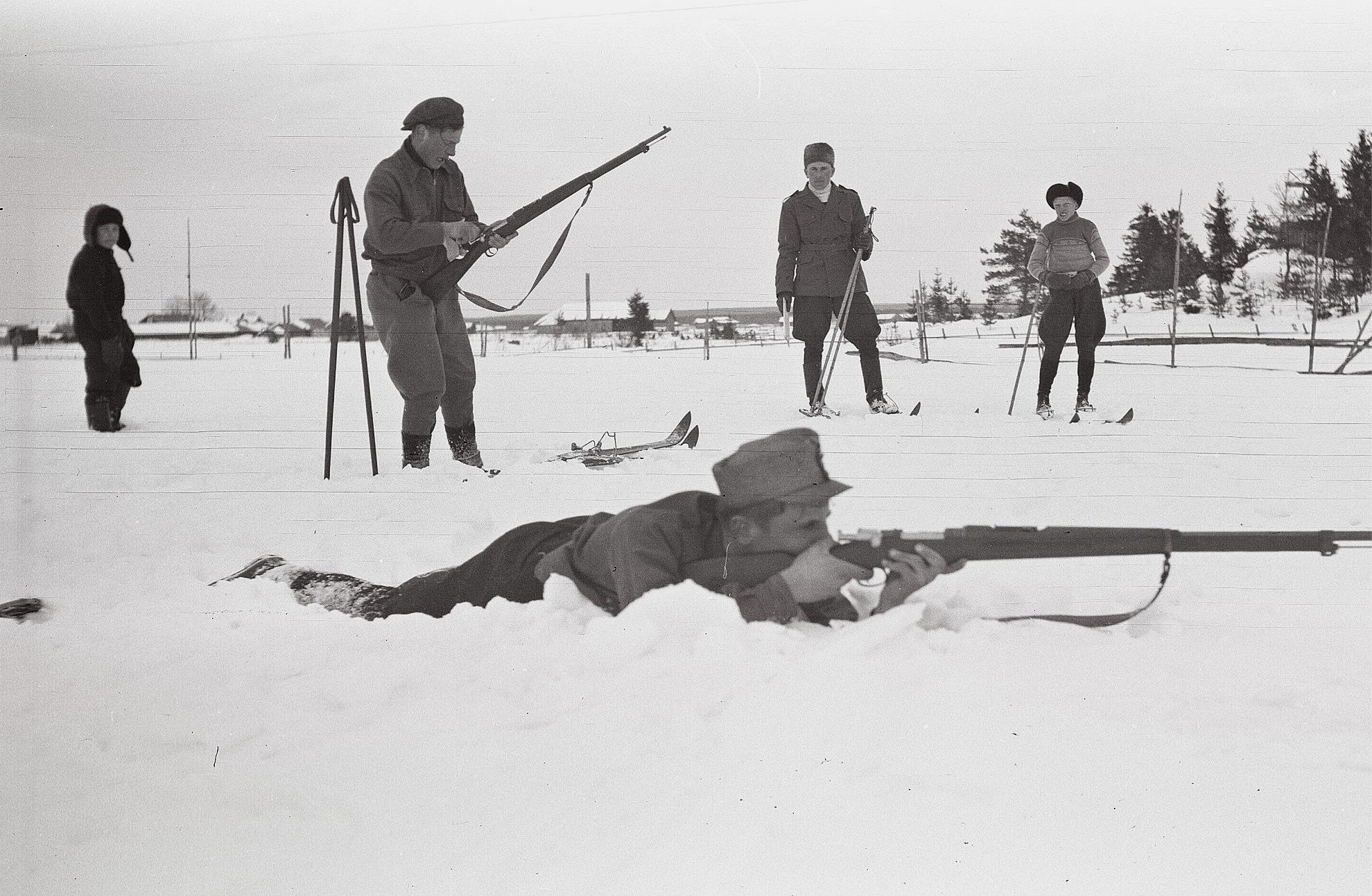 Skyddskåristernas skjutövningar på Lillån vid skjutbanan. Liggande Egil Jossandt.