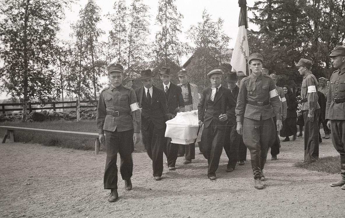 Eskil Ålgars som stupade 1940 i vinterkriget begravs först 1942 och här bärs han in i kyrkan.