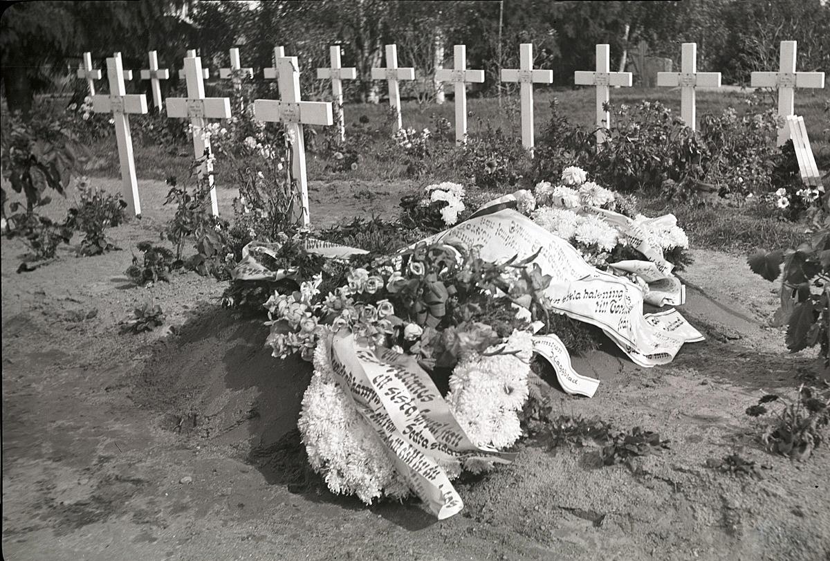 Torsten Gullmes hjältegrav vackert dekorerad med blommor och band.