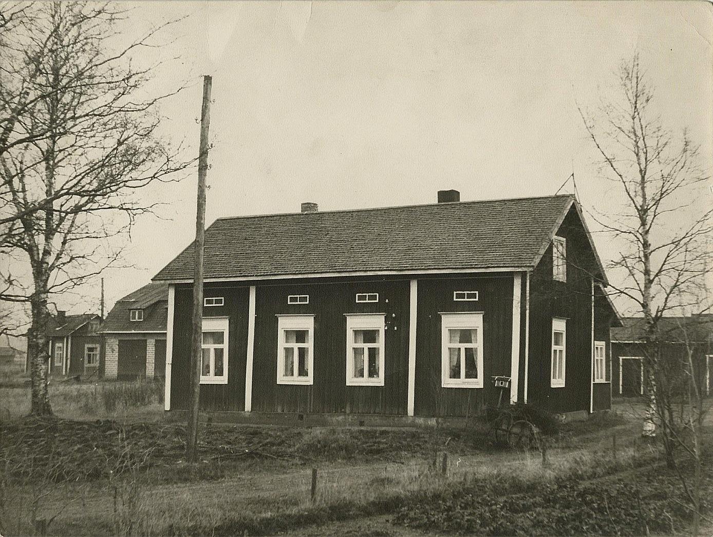Den här gården på Storåvägen 17 är byggd i slutet på 1800-talet av Erik och Maria Sofia Rosenback.