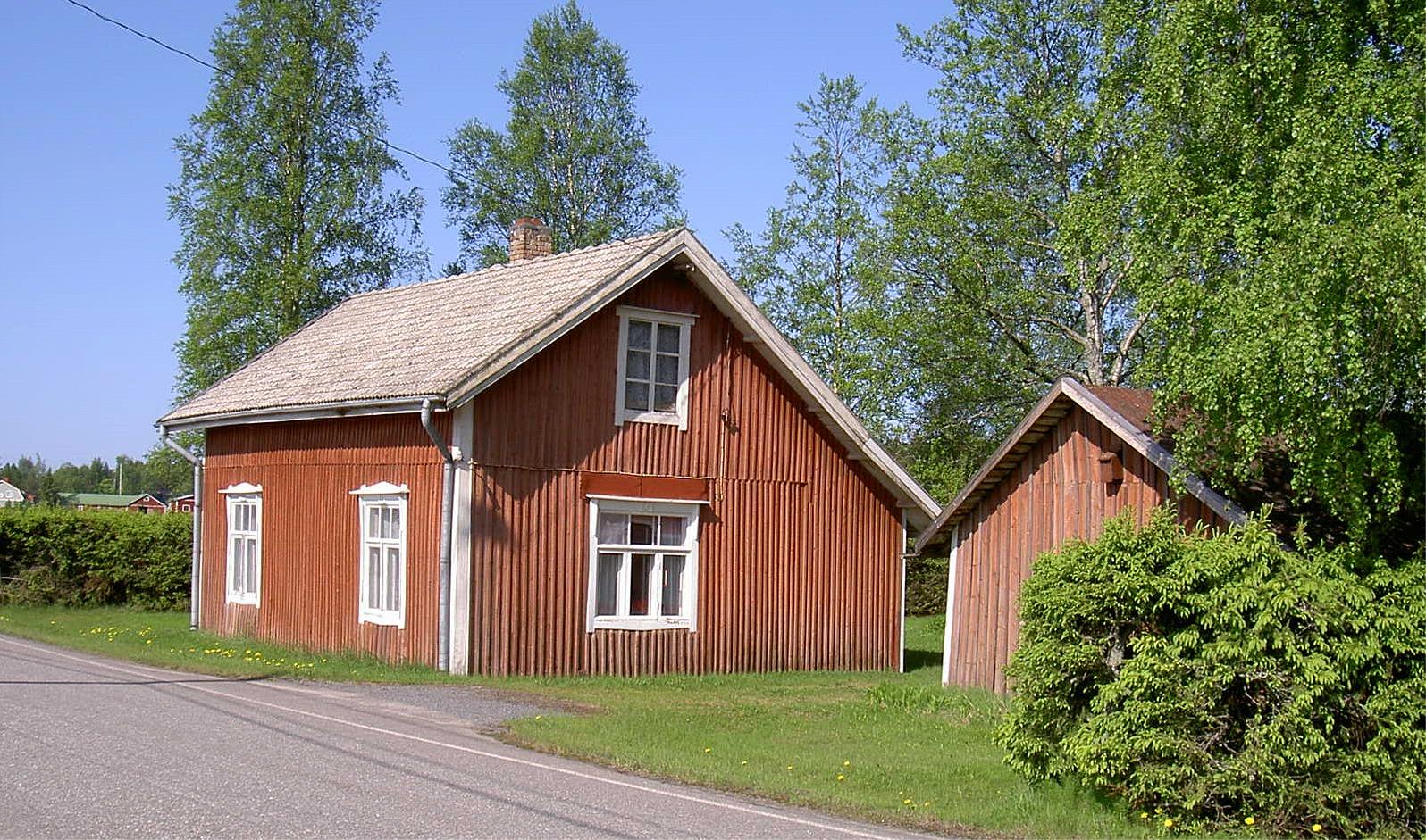 Den här stugan nära Åbackvägen byggdes på 1930-talet av skräddaren Johannes Klemets (1889-1944) och hustrun Matilda (f. Björklund i Lappfjärd 1892-1975).