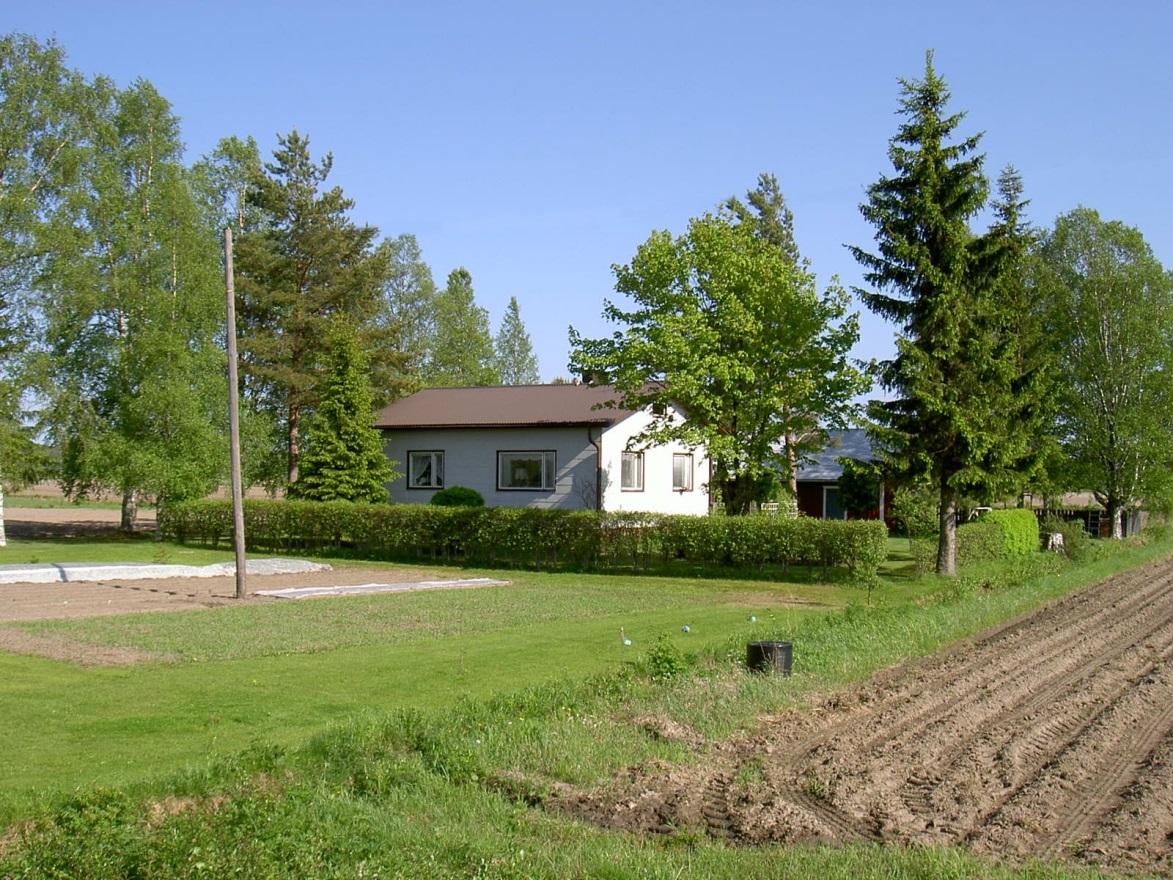 Det här huset är byggt av Torsten (1926-2015) och Kaino Rosenback f.1929 och de flyttade in 15 september 1961. Fotot från 2003 är taget från väster.