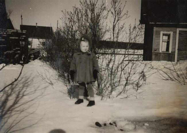På fotot står Agdas dotter Lisette på Koll-Minas gårdsplan. Koll-Mina som på riktigt hette Vilhelmina Sundholm bodde här till sin död 1943. Vilhelmina var dotter till Erik Henrik Storkull, senare Sundholm som bodde där Eklunds bor i dag. I bakgrunden syns Skogmans nybyggda gård, som blev färdig 1945.
