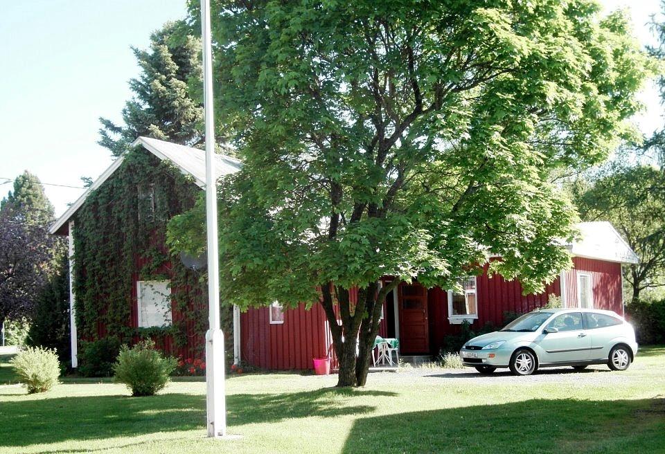 Rita Rosenbacks fotografi från 2013, taget från sydväst. Eftersom gården flera gånger renoverats och byggts till så skulle Erik Rosenback som i tiderna byggde den knappast känna igen den i dag.