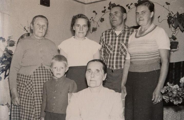 Längst till vänster står Klemes-Tilda med barnbarnet Sten. Tilda umgicks mycket med grannfrun Hulda Krook som sitter längst fram. Bredvid Tilda står Ingeborg Lindblad, sedan Ragnar och Verna Långfors.
