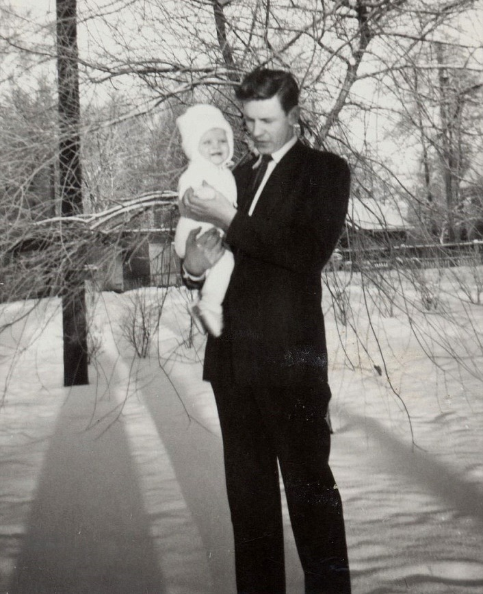 Här Per Klemets med ena dottern 1962. I slutet på 1950-talet så råkade Per ut för en olycka då han tillsammans med Åke Grans på motorcykel i mörkret körde in i en parkerad traktorkärra i Perus. Per satt som passagerare bakpå och både han och Åke ådrog sig svåra skador men båda överlevde.
