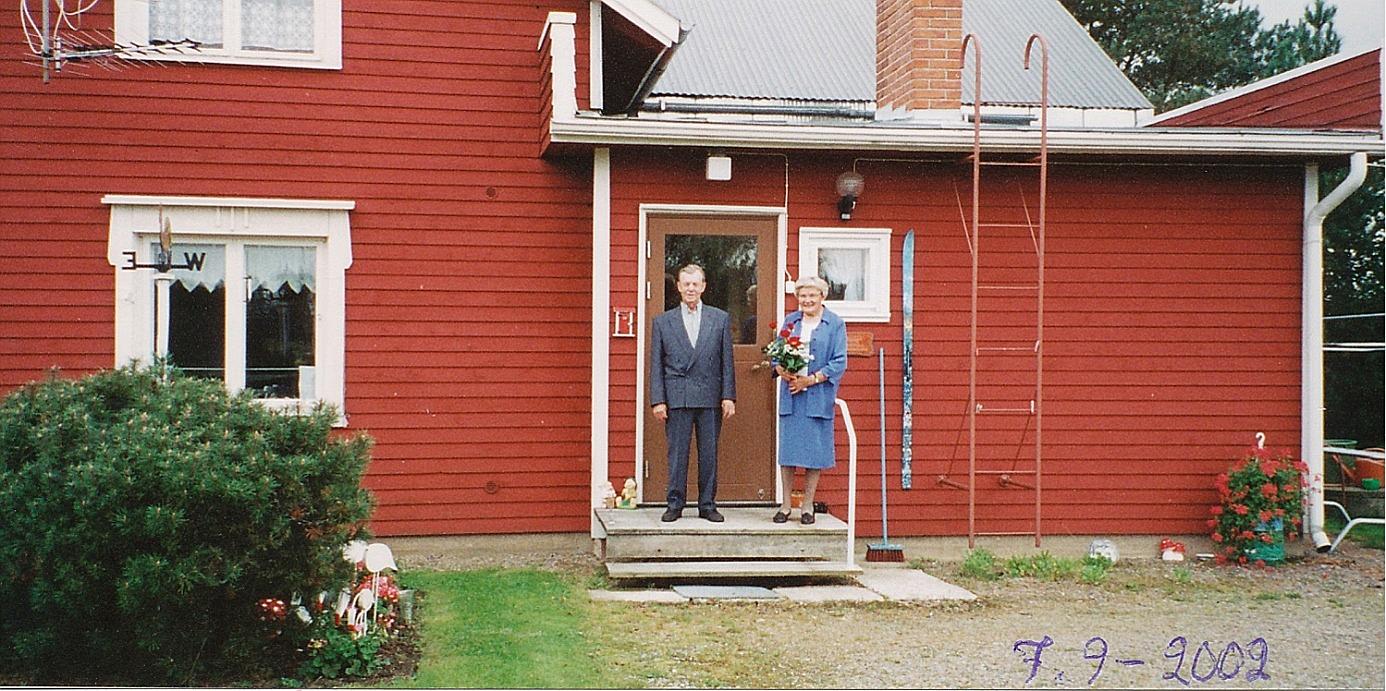 Nils Klemets på trappan där hemma tillsammans med hustrun Helvi.
