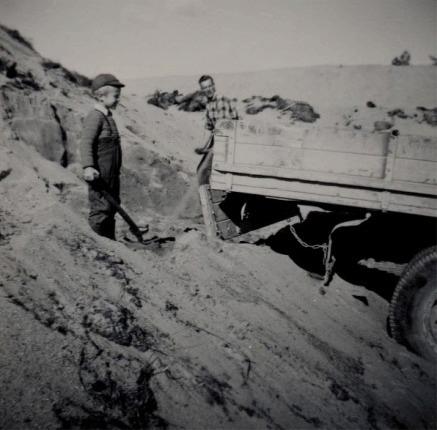 Per Klemets arbetade som chaufför åt Rosengård Valter och här håller han på att lasta grus tillsammans med brorsonen Sten. Fotot från slutet på 50-talet.
