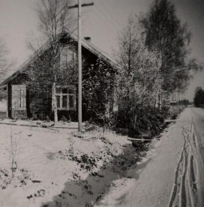 Skräddarinas gård stod nära Åbackvägen och ännu närmare kom den när Åbackvägen förnyades och förbreddades på 90-talet.