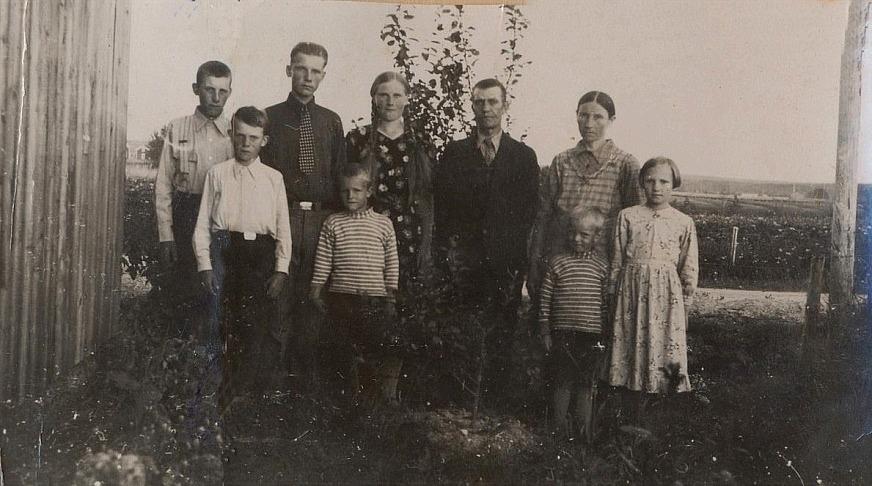 Här är Skräddarinas familj samlad på foto runt 1940, från vänster: Erik, Nils, Bruno, Stig, Agda, Johannes, Matilda och Frida. Framför Matilda står minstingen Per.