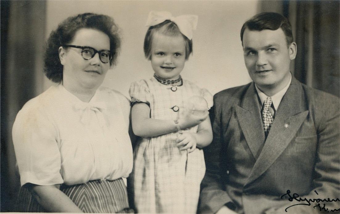 Anna (1918-1993) gifte sig med Kaarlo Huhtanen från Bötom. Här på bilden tillsammans med dottern Anneli f. 1947. Sonen Juhani föddes 1957.