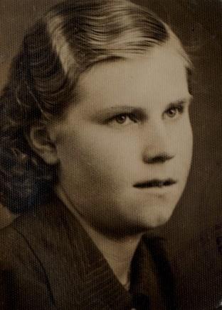 På bilden den unga Agda som år 1943 gifte sig med Paul Rönnlund från Övermark. De bodde i slutet på 40-talet i Koll-Minas lilla stuga på Brobackan tillsammans med dottern Lisette (f.1945) tills de i början på 1950-talet byggde ett nytt hus åt sig i Kristinestad och flyttade dit.