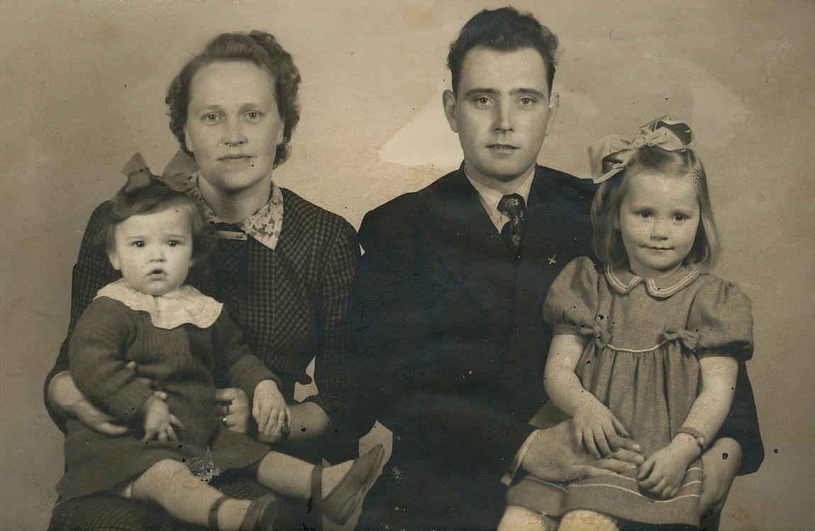 Här sitter Bertel Rosenback (1920-2005) tillsammans med hustrun Tora och barnen Inger och Ingbritt, bosatta i Ekenäs.