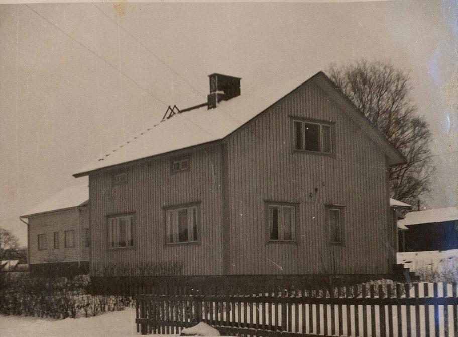 Paul och Agda Rönnlund byggde det här huset i Kristinestad, som de sedan sålde då de flyttade till Sverige ungefär 1960, där de sedan bodde så länge de levde.