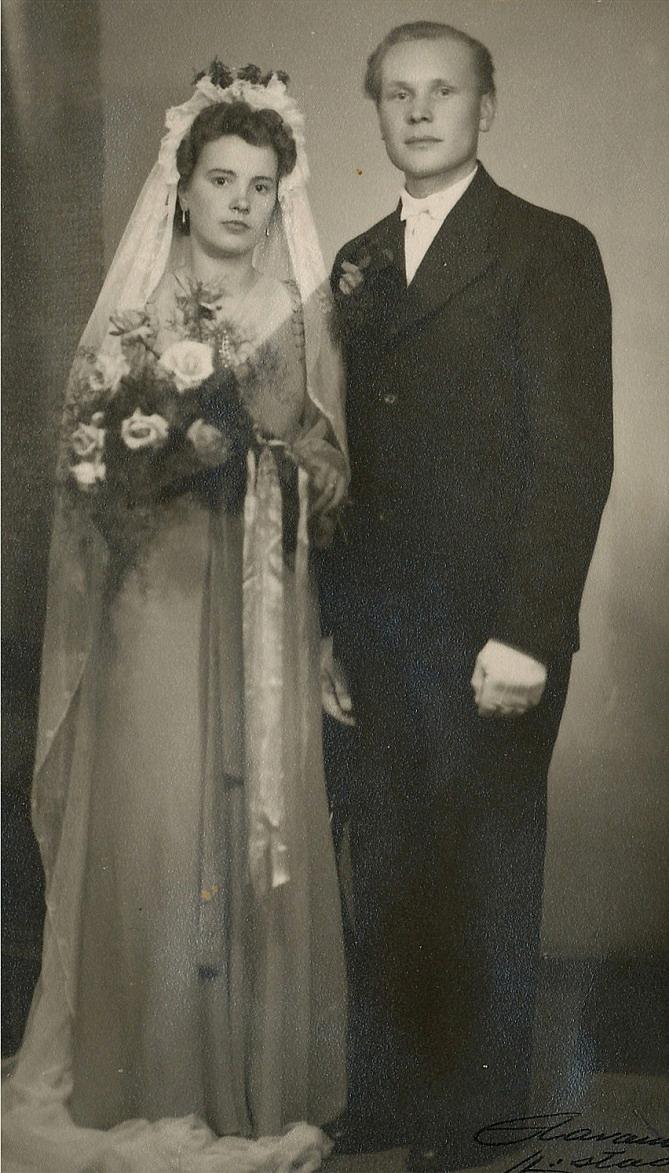 På bilden från 1946 Else Rosenback (1921-2011) som gifte sig med Eskil Gullmes från Lappfjärd. År 1948 fick de sonen Rolf och 1951 dottern Rita. År 1951 flyttade de till Canada där de 1958 fick ännu en dotter Rose-Marie.
