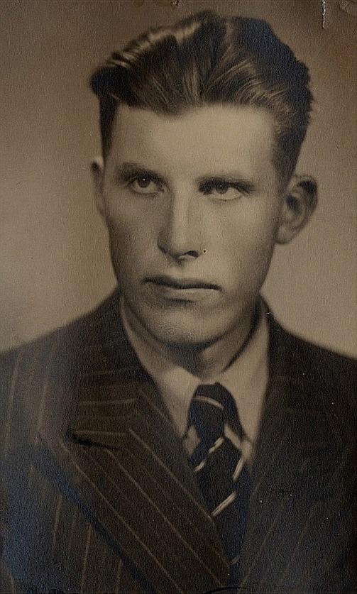 Erik arbetade som hästkarl på Högåsen i Kristinestad men han omkom i en olycka då han blev påkörd av en lastbil år 1944.