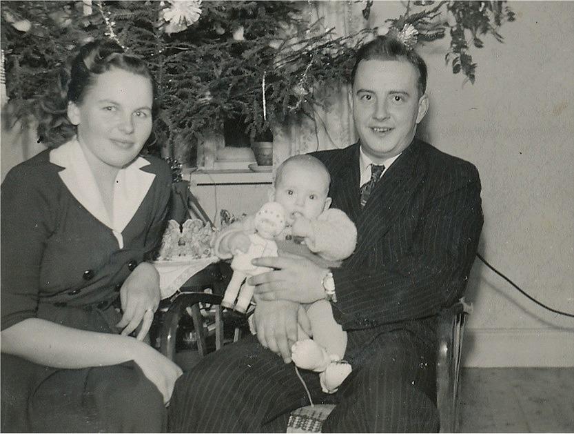 På bilden Torsten Rosenback (f. 1926) med hustrun Kaino (f. Santamäki Bötom 1929) och äldre sonen Leif i famnen, fotot från 1952. Sonen Hans föddes 1954.