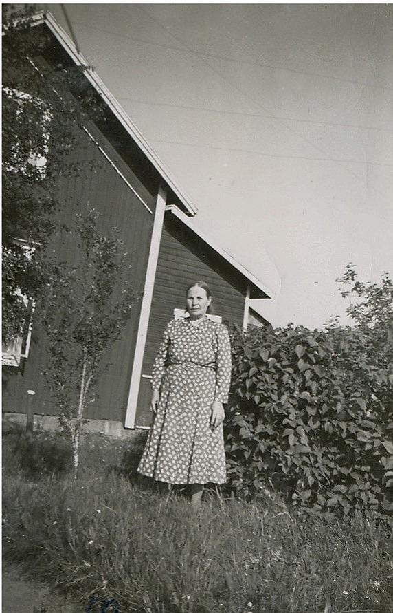 Alvina Rosenback i trädgården år 1953.