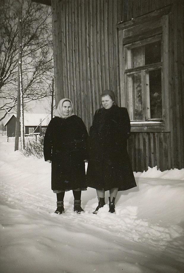 Alvina Rosenback tillsammans med Alice Gröndahl (1925-2017) som sedan gifte sig med Eskil Norrgård från Klemetsändan.