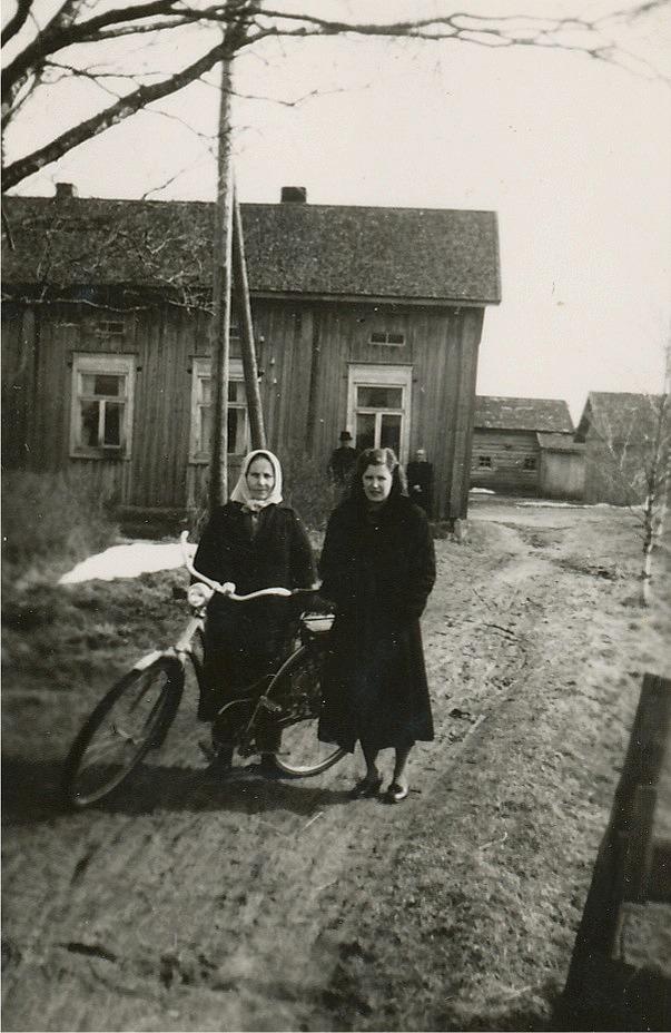 Alvina Rosenback med dottern Astrid framför gården.