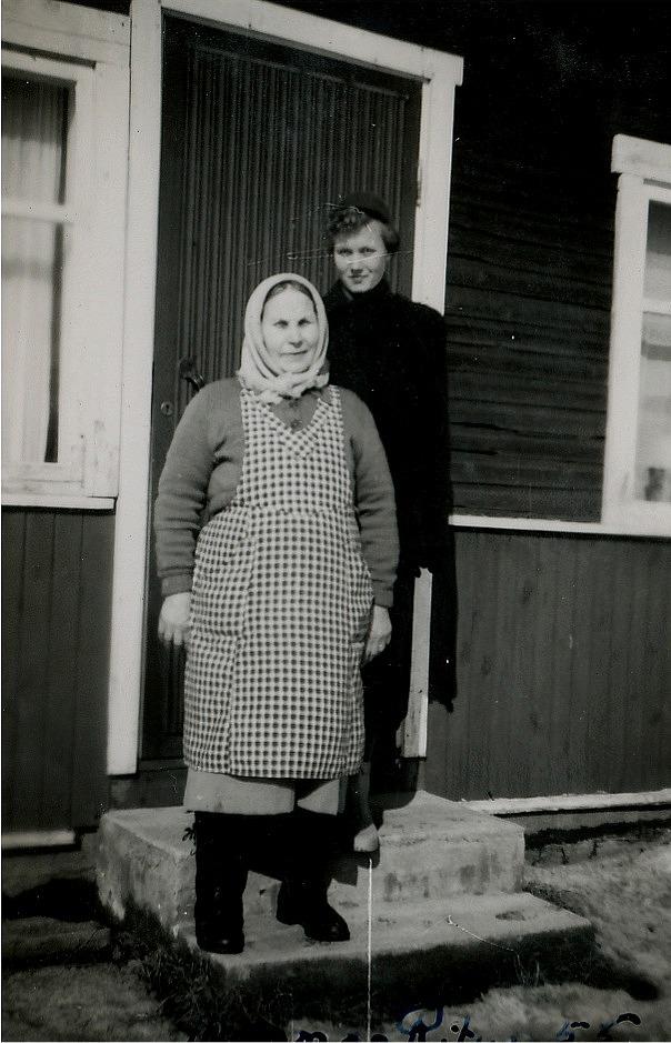 Här står Alvina Rosenback på trappan tillsammans med sonhustrun Ritva.