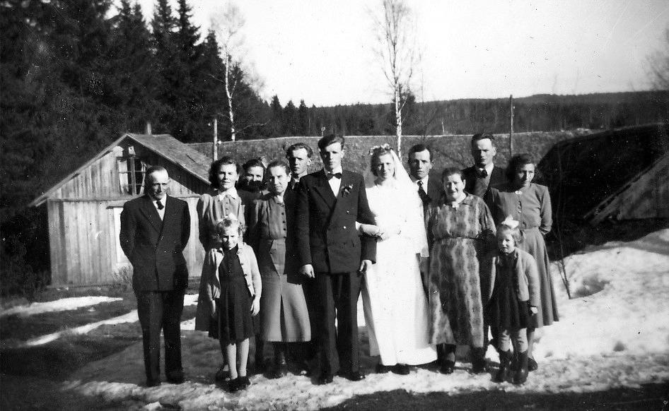 År 1953 gifte sig Stig Klemets med Lilli Hammarberg från Lilltmåsan eller Langåsen i Perus. Lillis föräldrar Josef och Alma Matilda flyttade då ut i lillstugan och det unga paret flyttade in i storstugan, som i själva verket inte var så värst stor. När Stig och Lilli flyttade till Sverige, så återvände Lillis bror Elis och hans hustru Elvi från södra Finland. De hade i flera år bott där och arbetat på många jordbruk.