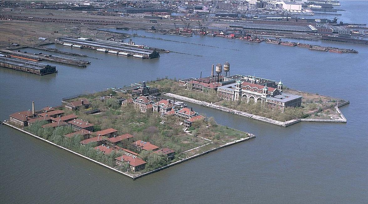 Ellis Island är en ö som ligger lite utanför New York dit immigranter fördes och granskades, före de släpptes in i Amerika. Mellan åren 1892 och 1954 passerade 12 miljoner immigranter denna ö och av dessa avvisades 2 %, som skickades tillbaka till hemlandet.