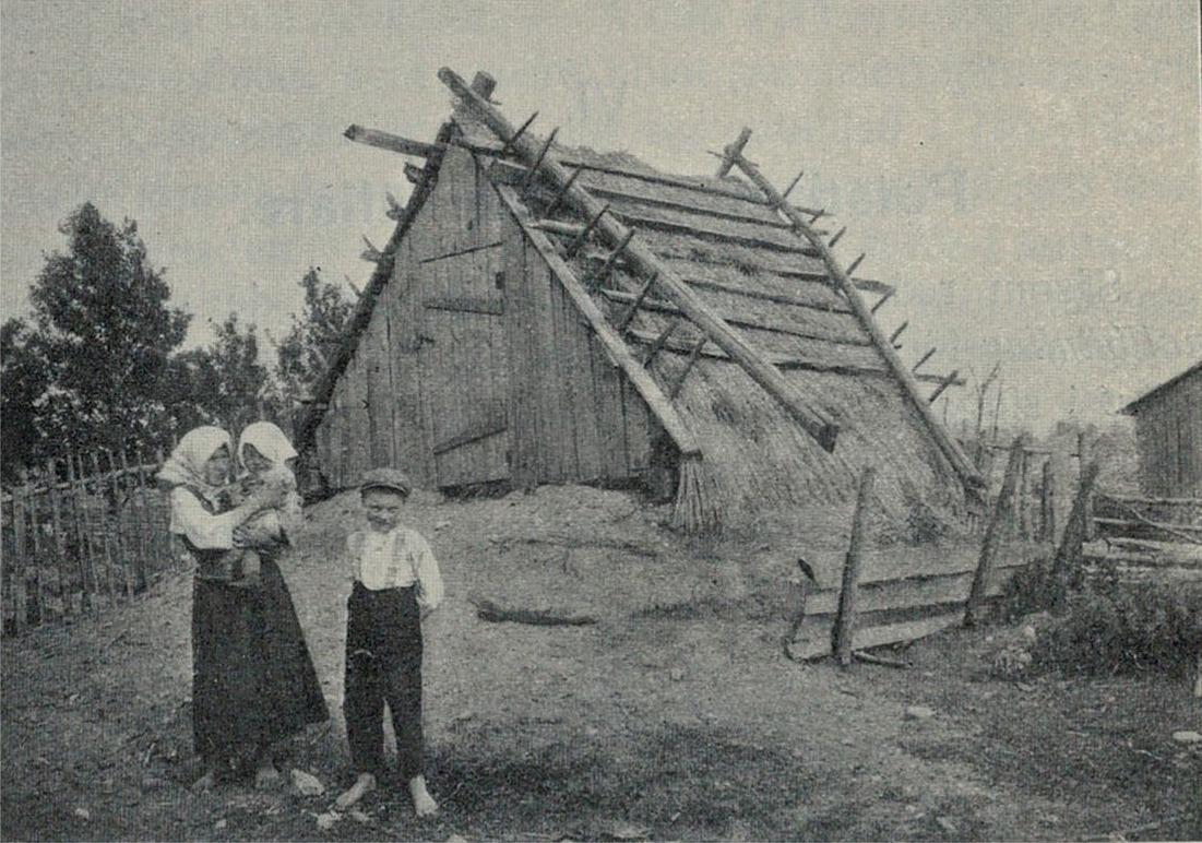 Agnäs Mina visar upp en hög pärungrop på Sebbasbackan i Dagsmark. I famnen har hon dottern Ida och till höger står Agnäs-Frans.