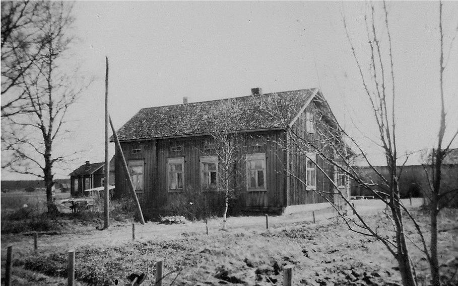 Rosenbacks gård fotograferad från Storåvägen. Till vänster skymtar Koll-Minas stuga.