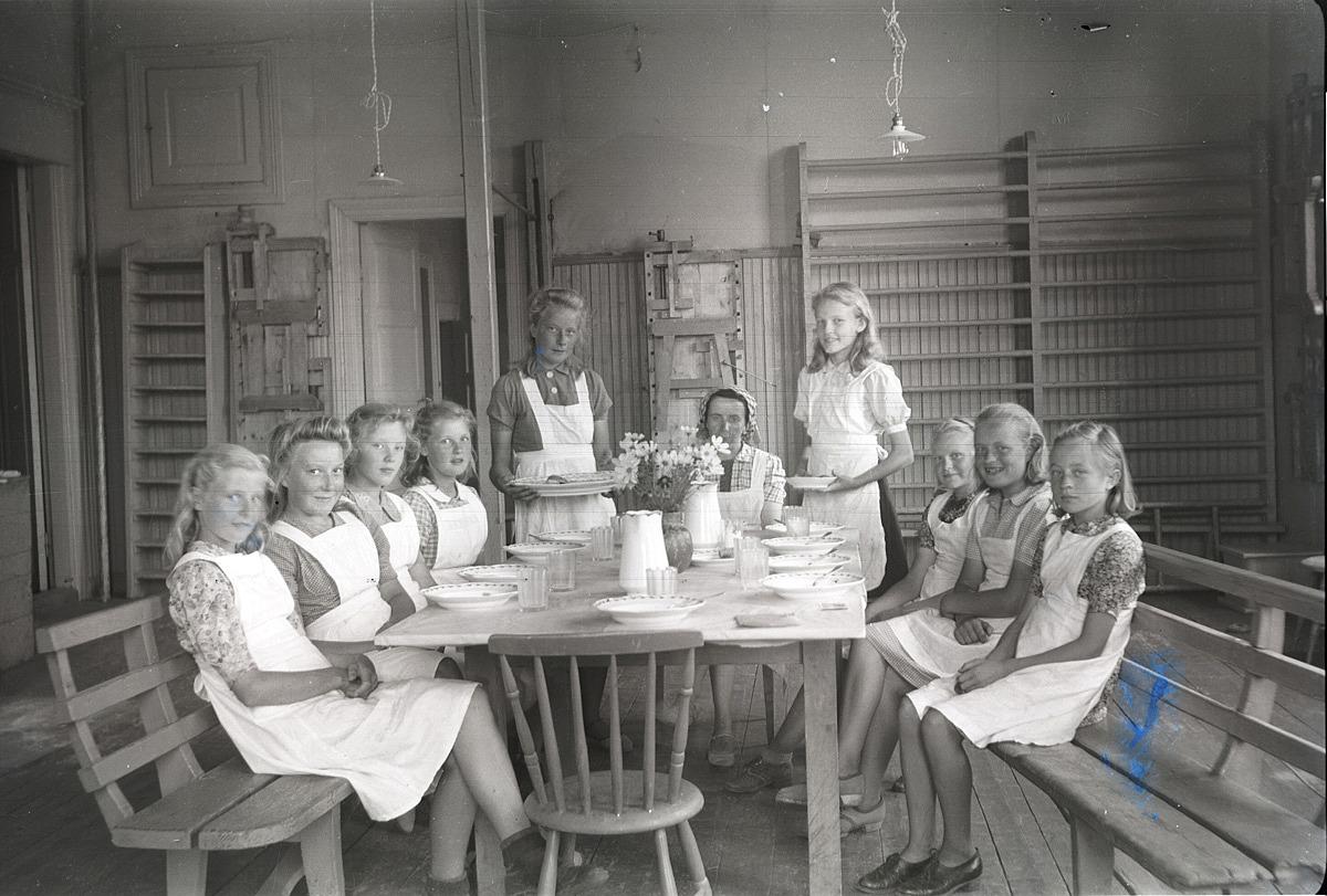 Fina flickor med vita förkläden på kokkurs på södra folkskolan.