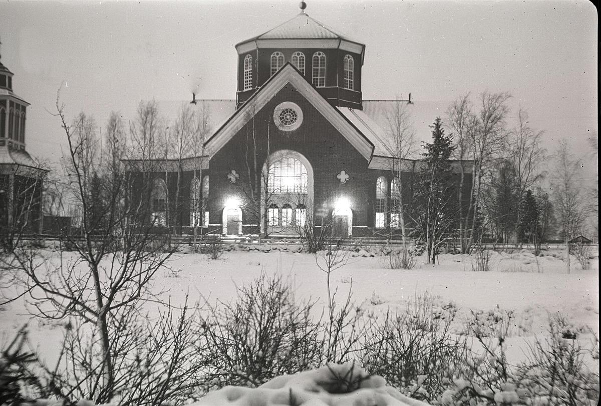 Kyrkan fotograferad från södra skolan.