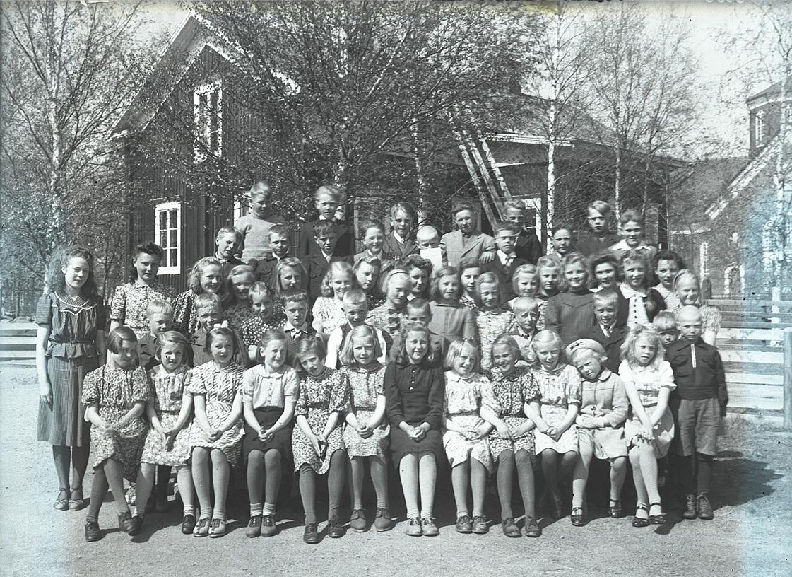 Glada elever vid södra folkskolan 1943. Lärarbostaden i bakgrunden.