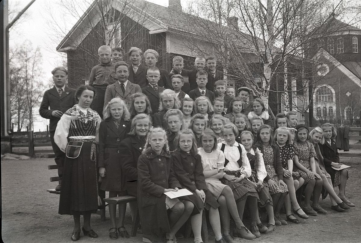 Festklädda ungdomar utanför södra skolan.