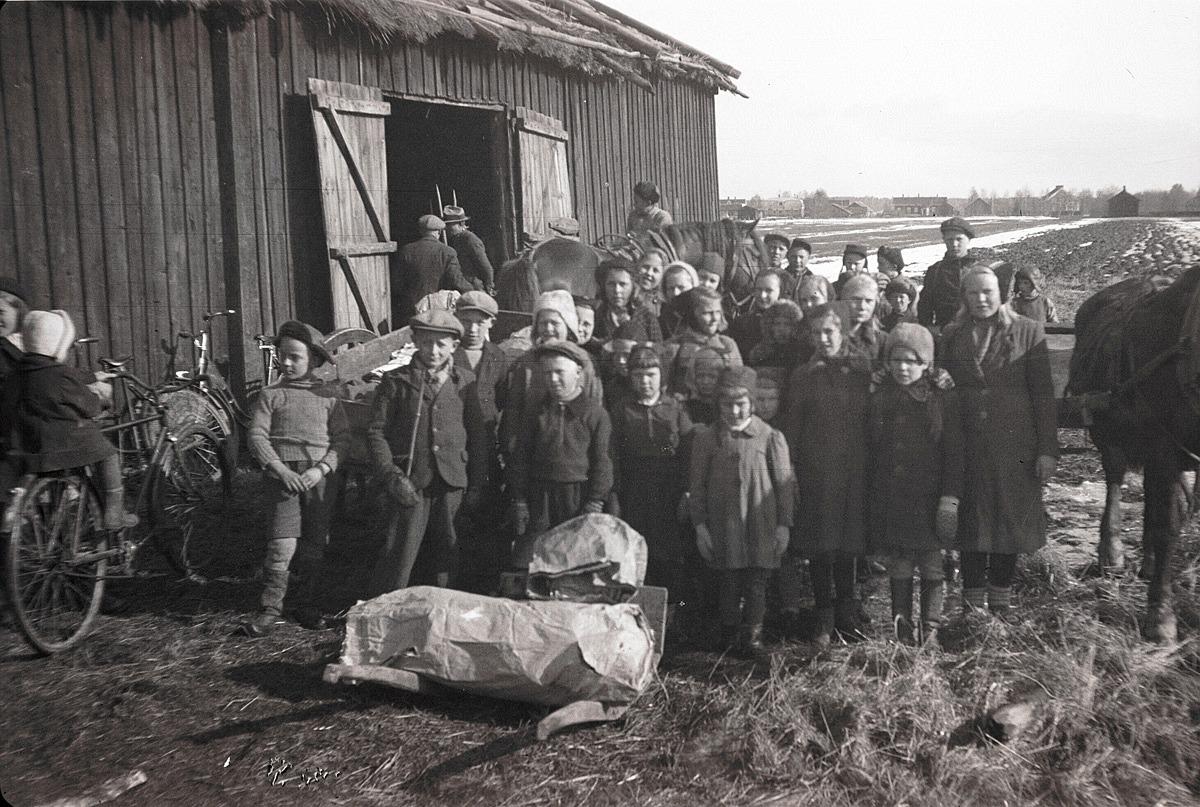 Under krigsåren samlade skolbarnen papper, flaskor och skrot för arméns räkning. Här de levererat skrot med både häst och skottkärra till Starckes lada.