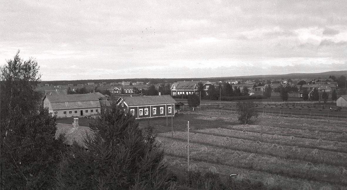 Selim Rosenbergs gård mellan folkhögskolan och norra folkskolan. Gården revs sedan år 1957 och det ståtliga fähuset från Storgårds tid revs 1988.