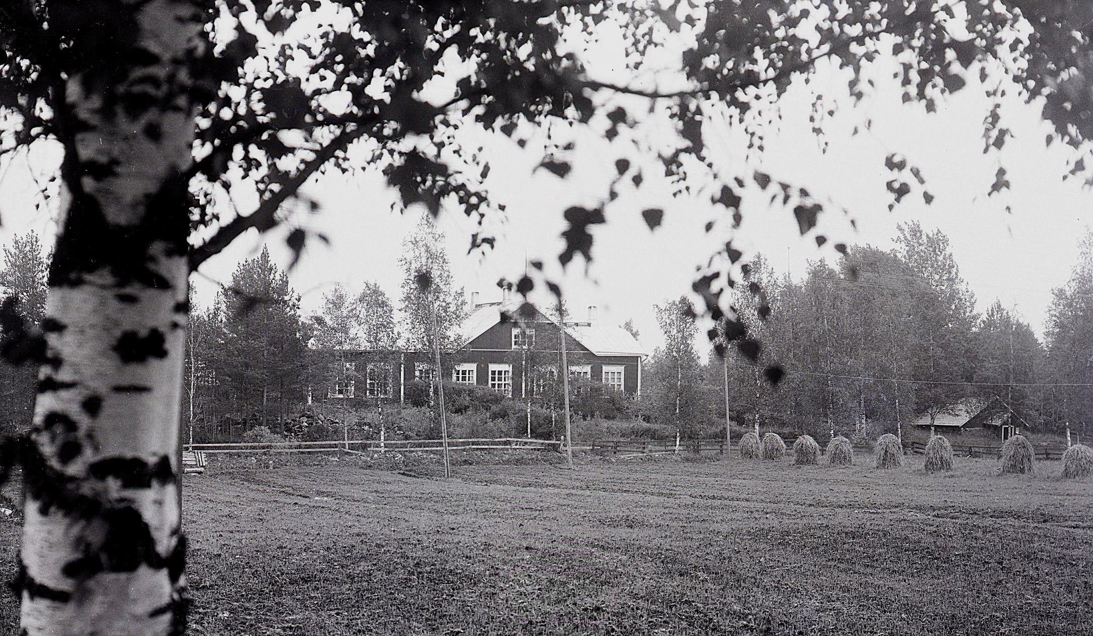 Efter mycket om och men blev det bestämt i kommunen att också Uttermossa skulle få en egen skola och Viktor Nylund byggde den år 1914 och den kunde invigas i januari 1915. Fotot taget av Selim Björses från Lappfjärd men det var alltså Viktor som byggde den.